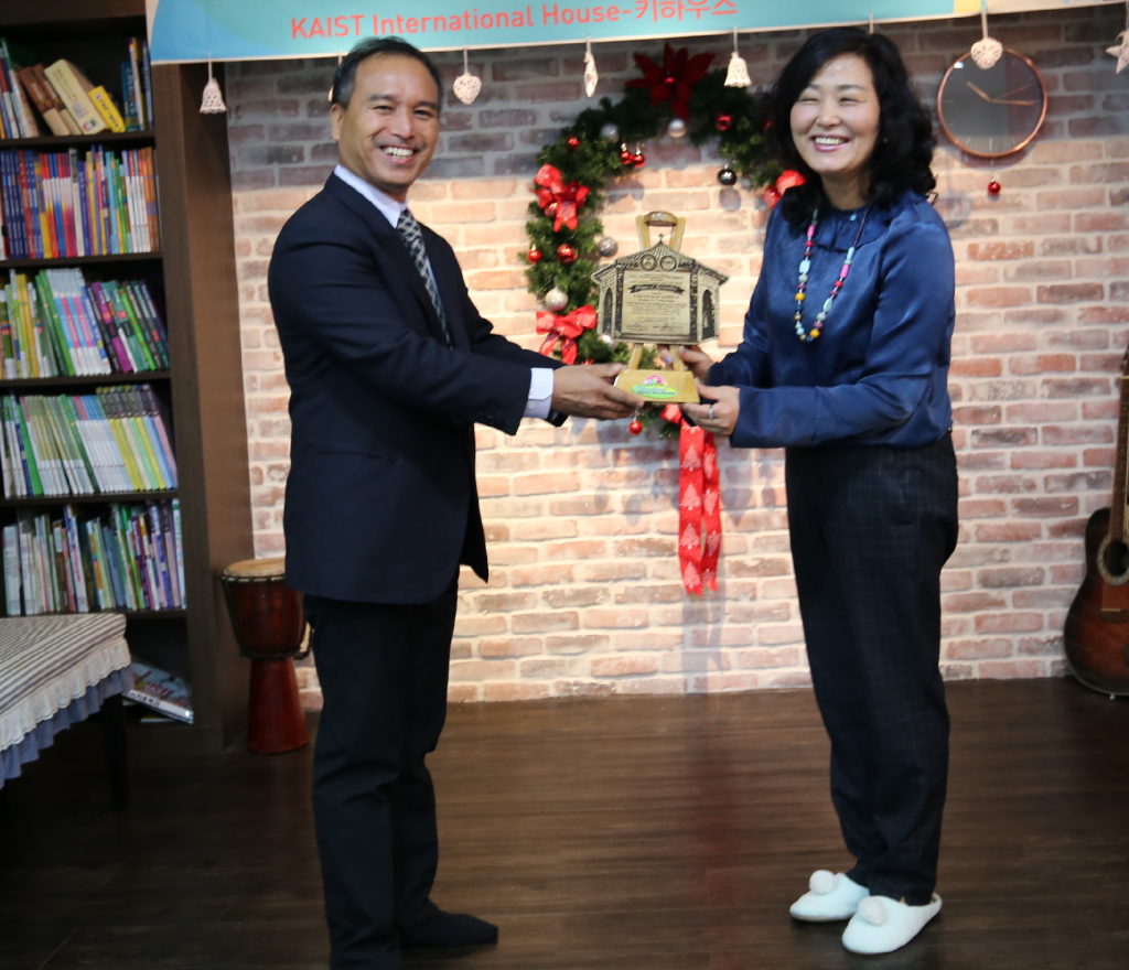 Former CTU Vice President for Research Cecilio S. Baga shows appreciation to KAIST International Director Grace Choi for the warm accommodation.